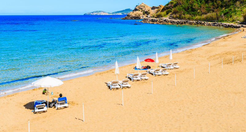 Strand von Es Figueral Ibiza